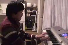 ピアノを弾くみやぞん