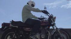 バイクに乗るぐっさん
